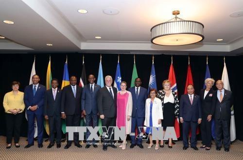 Thủ tướng Nguyễn Xuân Phúc, Thủ hiến Bang Quebec Philippe Couillard và các trưởng đoàn các nước được mời tham dự hội nghị G7 mở rộng. Ảnh: Thống Nhất –TTXVN.