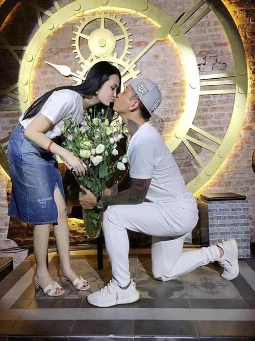 Tuấn Hưng lãng mạn thể hiện tình cảm ngọt ngào với vợ khi quỳ gối tặng hoa và dành cho bà xã một nụ hôn.