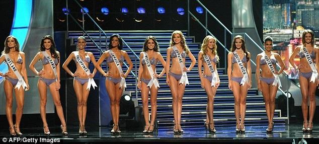 Top 10 Hoa hậu Hoàn vũ 2010. Hoa hậu Ireland vốn được cho là ứng viên tiềm năng đoạt vương miện, nhưng cuối cùng, Hoa hậu Mexico mới là người thắng cuộc. Cả hai người đẹp đều xuất thân từ nghề người mẫu và có lợi thế trình diễn catwalk.