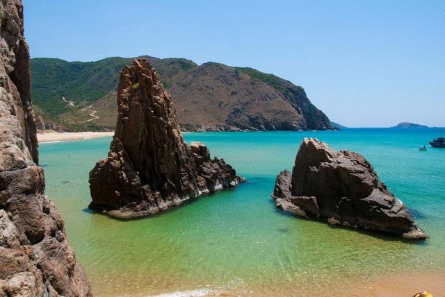 Hai mỏm đá tạo nên eo biển nhỏ lặng gió. Ảnh: CLB Nhiếp ảnh & Du lịch