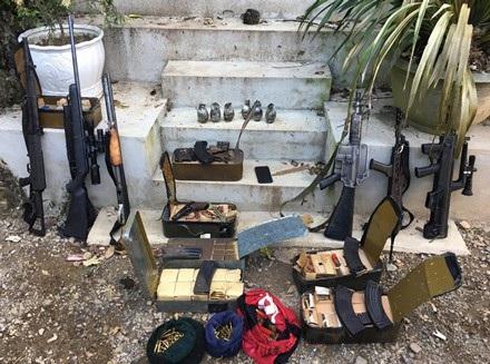 """Các trinh sát khi đột kích vào đại bản doanh của 2 trùm ma túy Thuận """"chột"""" và Nguyễn Thanh Tuân đã phát hiện 3 thi thể trên tay cầm súng và hàng nghìn viên đạn xung quanh..."""