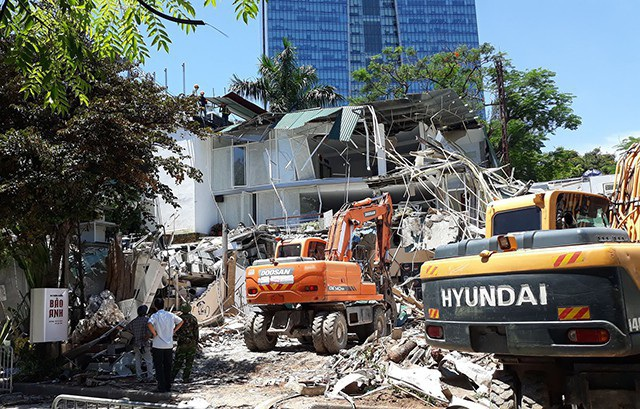 Sáng 28/6, lực lượng chức năng quận Ba Đình đã chính thức cưỡng chế một loạt công trình không phép trên mương Phan Kế Bính. (Ảnh: Phạm Công)