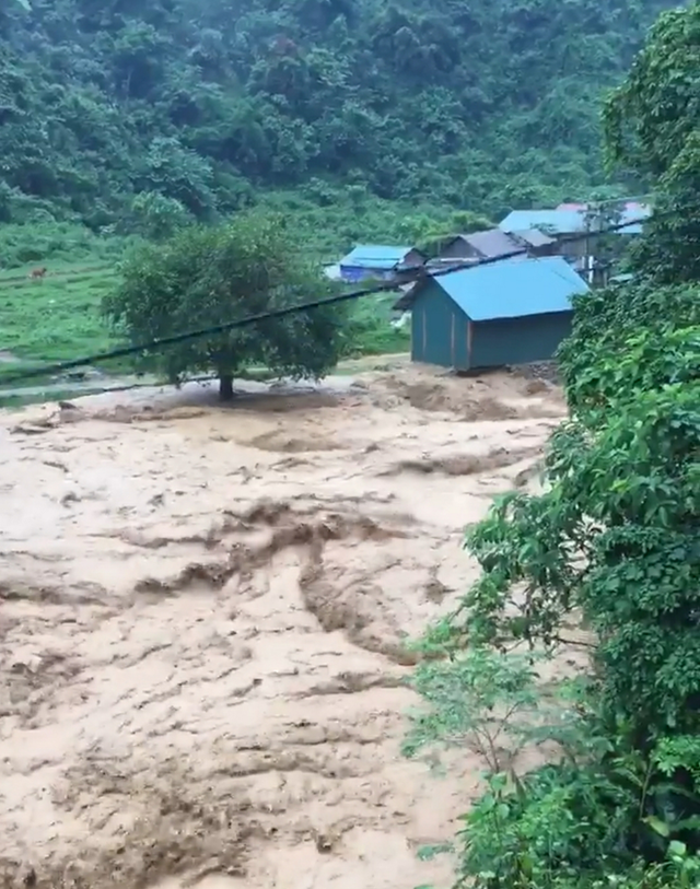 """Cảnh tượng như trận """"Đại hồng thủy"""" này đang diễn ra ở khu vực suối Nậm Ban, huyện Nậm Nhùn và bản Chu Va, xã Chu Va, huyện Phong Thổ, Lai Châu."""