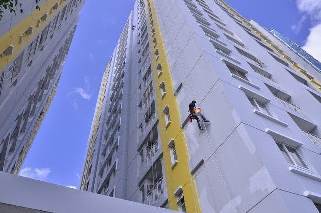 Ngày 30/6, trao đổi với PV Dân trí, ông Trần Quang Hải - Tổng Giám đốc Công ty Hùng Thanh (chủ đầu tư chung cư Carina Plaza) cho biết đã tiến hành cải tạo, sửa chữa chung cư sau khi được Sở Xây dựng TPHCM cấp phép. (Ảnh: Đình Thảo)