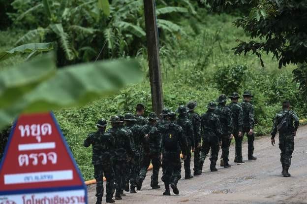 Các binh sĩ được nhìn thấy đi tuần gần khu vực hang Tham Luang ngày 10/7 (Ảnh: AFP)