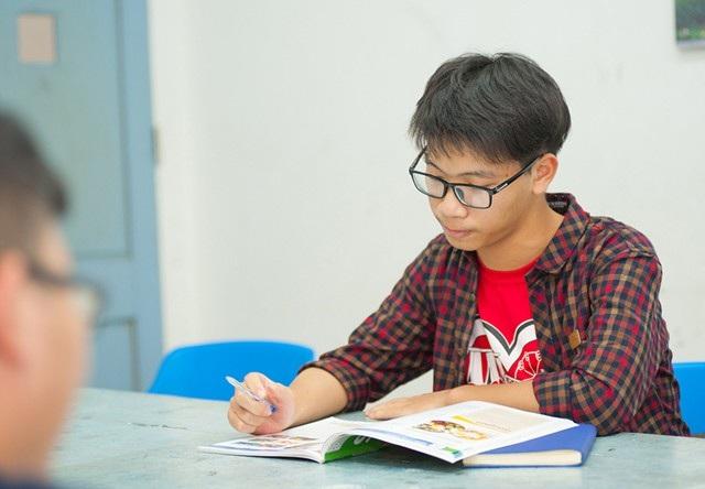 Ngoài học giỏi môn Toán, Cầm có niềm yêu thích với môn Tiếng Anh - môn cửa ngõ để em tiếp cận với các học bổng du học. Do hoàn cảnh gia đình nên em không có nhiều điều kiện để học thêm ở các trung tâm mà chủ yếu là học online và vẽ truyện tranh viễn tưởng để rèn luyện vốn ngọai ngữ của mình