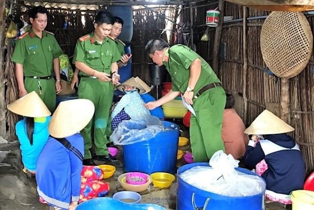 Cảnh sát môi trường phối hợp với lực lượng chức năng bắt quả tang nhiều người đang bơm tạp chất vào tôm nguyên liệu (Ảnh minh hoạ: Huỳnh Hải).
