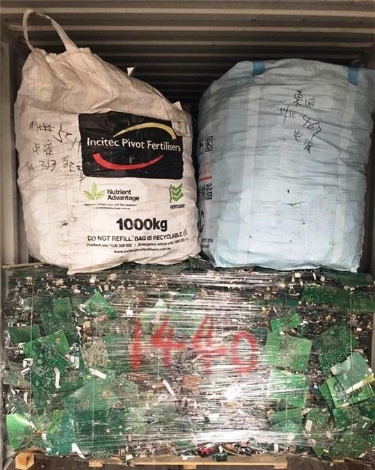Lô hàng phế liệu hơn 30 tấn gồm các bo mạch hư hỏng, dây diện, mô tơ…không đạt chất lượng, tiêu chuẩn, quy chuẩn nhập khẩu theo quy định đã bị các cơ quan chức năng buộc tái xuất.