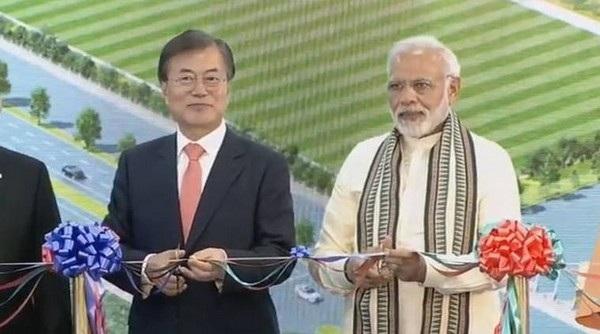 Thủ tướng Ấn Độ Narendra Modi và Tổng thống Hàn Quốc Moon Jae-in cắt băng khánh thành nhà máy sản xuất smartphone lớn nhất thế giới của Samsung