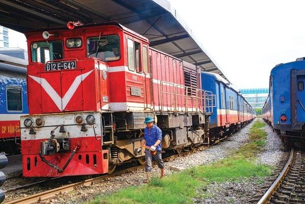 Mức lương của nhân viên trực ban chạy tàu, nhân viên dồn, gác ghi... thấp vì phụ thuộc sản lượng vận tải đường sắt - Ảnh: Tạ Tôn