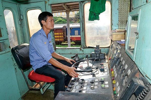 Lương thấp ảnh hưởng tâm lý làm việc của nhân viên đường sắt trực tiếp phục vụ công tác chạy tàu - Ảnh: Tạ Tôn