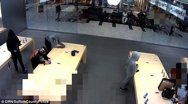 Băng trộm mặc áo đội mũ trùm kín đầu, rải ra khắp cửa hàng trước khi lấy trộm những chiếc iPhone đang được trưng bày rồi bỏ chạy