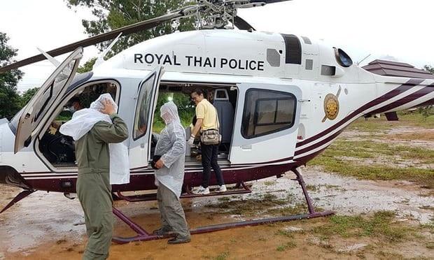 Trực thăng dùng để vận chuyển các cầu thủ đến bệnh viện sau khi được đưa ra khỏi hang. (Ảnh: Reuters)