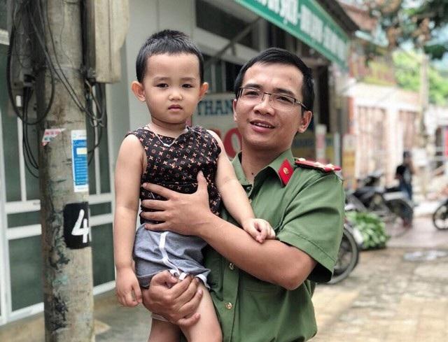 Thượng úy Quang Trung Thành và cháu bé được cứu khi bị cuốn vào vùng nước xoáy ở khu vực thác Bảy Tầng.