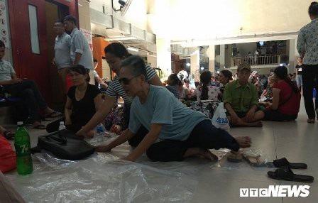 Khu chờ khám bệnh ở Bệnh viện Bạch Mai ngày nắng nóng.( Ảnh: vtc.vn)