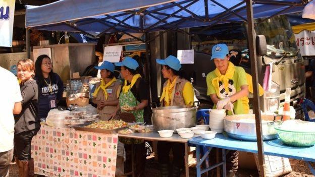 Hàng trăm tình nguyện viên làm công tác nấu nướng phục vụ cho lực lượng cứu hộ. (Ảnh: Reuters)