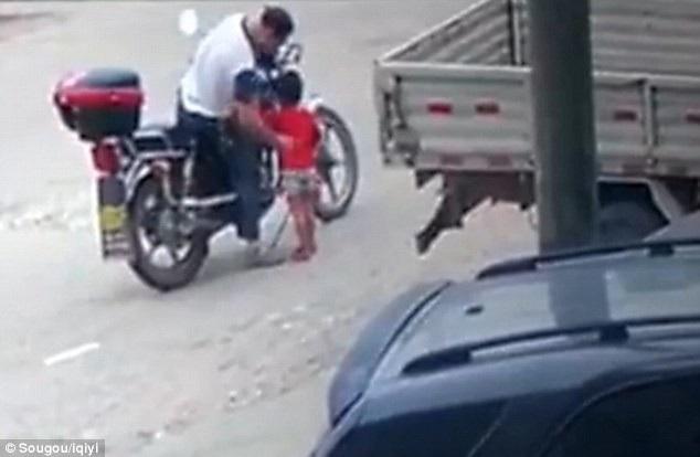 Người đàn ông lạ mặt tiếp cận và bế cô bé 3 tuổi lên xe rồi lái đi