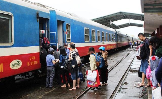 Tàu khách đang dừng đón trả khách tại ga Nha Trang, Khánh Hòa