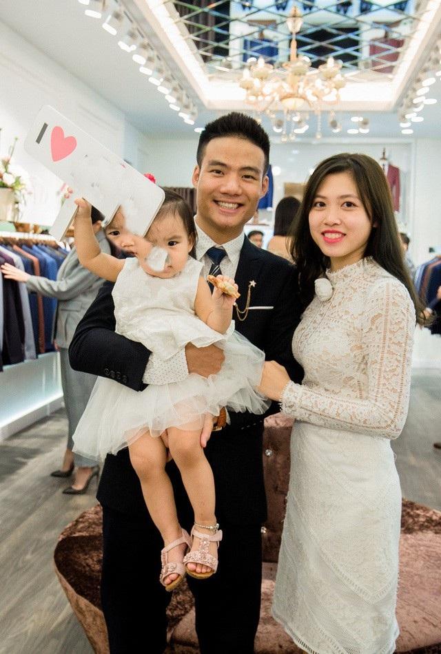 Ngọc Hân chia sẻ, hiện tại, cô giao việc quản lý cả 3 cửa hàng tại TP HCM cho cậu em trai ruột Quang Huy. Em trai Ngọc Hân đã kết hôn và có con. Nhìn em trai ngày càng trưởng thành, trở thành một người đàn ông có trách nhiệm với gia đình, công việc, tôi và bố mẹ rất vui mừng, Hoa hậu chia sẻ với Dân trí.