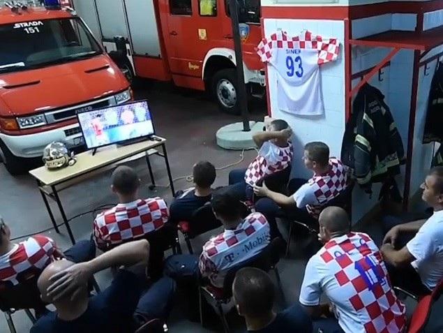 Những người lính cứu hỏa Croatia đang theo dõi loạt sút luân lưu của đội nhà trước khi chuông cảnh báo vang lên