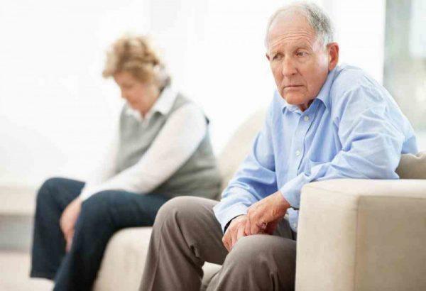 Người lớn tuổi đang có vấn đề về sức khỏe thường dễ phiền muộn, trầm cảm hơn những người đang sống khỏe mạnh.
