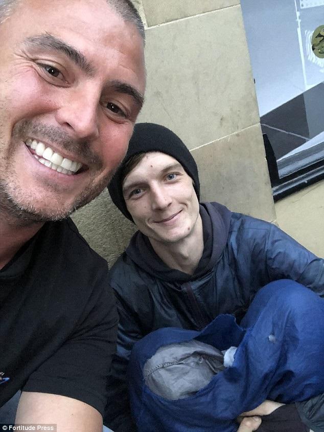 Chủ một xưởng sơn - anh Minn (trái) đã gặp cậu thanh niên vô gia cư Davidson (phải) trên hè phố Newcastle (Anh). Sau khi cho người thanh niên chút tiền tiêu vặt, anh đề nghị Davidson hãy tới xưởng của mình làm việc.
