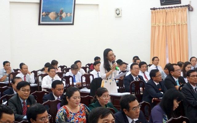 Đại biểu Trần Thị Huỳnh Dao đặt câu hỏi với Giám đốc Sở Xây dựng.