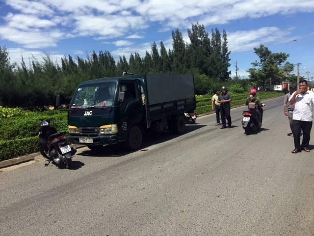 Người dân chặn xe bồn chứa chất thải lỏng và đề nghị các cơ quan chức năng kiểm tra việc vận chuyển chất thải ra khỏi KCN.