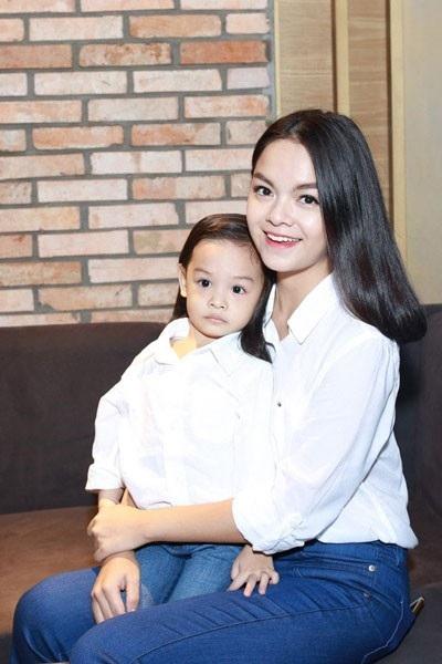 Sau khi lên xe hoa với nhà sản xuất âm nhạc Quang Huy, ca sĩ Phạm Quỳnh Anh đã quyết định tạm dừng con đường âm nhạc để dành nhiều thời gian hơn cho gia đình đã khiến nhiều người hâm mộ hụt hẫng.