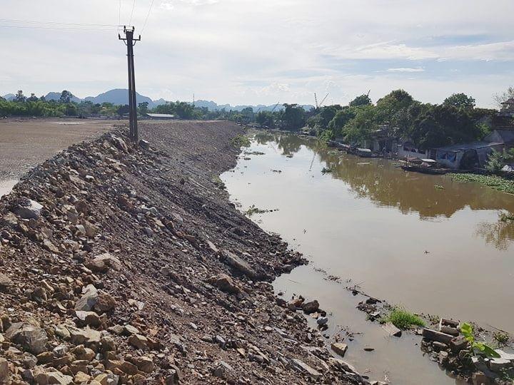 Công ty CP Bê tông thép Ninh Bình san lấp mặt bằng lấn cả xuống lòng sông Vân làm biến đổi dòng chảy.