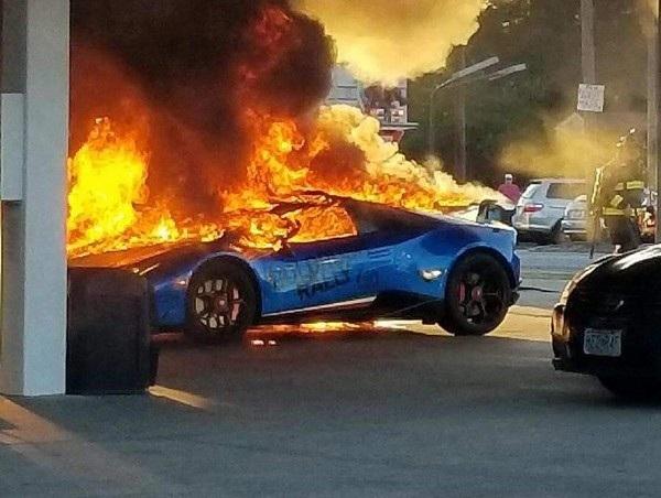 Ngọn lửa bùng lên dữ dội từ chiếc siêu xe