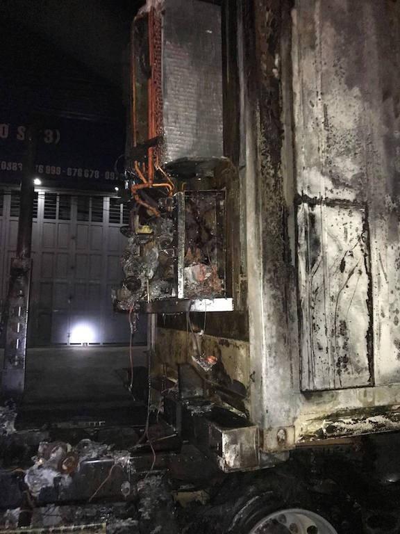 Sau tiếng nổ lớn, xe container bốc cháy dữ dội - 15