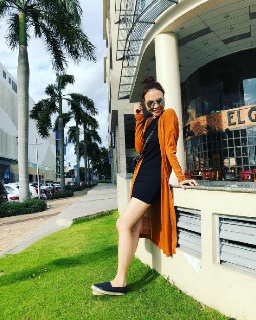 Đàm Thu Trang cười rạng rỡ trong nắng, Bạn gái Cường Đô la chia sẻ tâm trạng hạnh phúc của mình ở hiện tại vì yêu và được yêu.