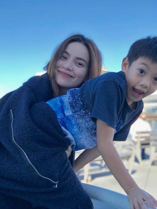 Hồ Ngọc Hà chia sẻ ảnh đang đi chơi cùng con trai Subeo ở Mỹ, cô viết: Nắng trong và se lạnh. Cảm giác nhẹ bẫng, dạo chơi, đạp xe quanh biển, ngắm chim bay và yêu thương nhau. Chỉ cần thế thôi...cậu nhỉ.