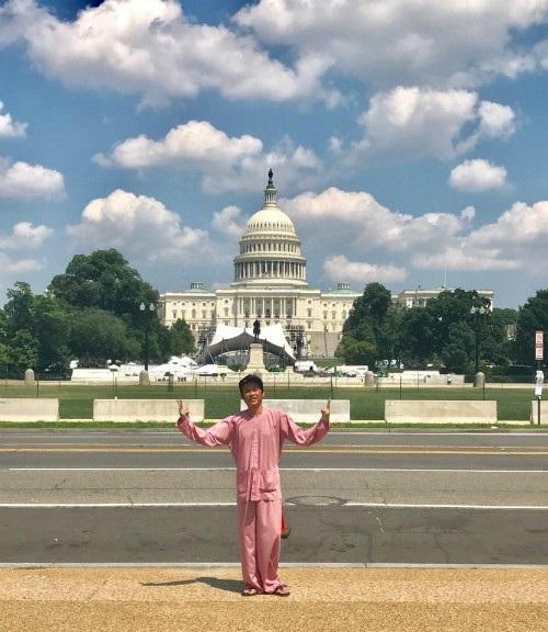 Danh hài Hoài Linh diện áo bà ba mọi lúc, mọi nơi. Trong chuyến đi tham quan Nhà Trắng anh vẫn chọn trang phục áo bà ba cùng đôi dép tông giản dị.