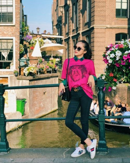 Hoa hậu chuyển giới Hương Giang thảnh thơi ngắm cảnh ở Hà Lan. Sau những lùm xùm với vai trò người mẫu thời gian qua cô chọn công việc làm niềm vui và chia sẻ 1 lần duy nhất về sự việc.