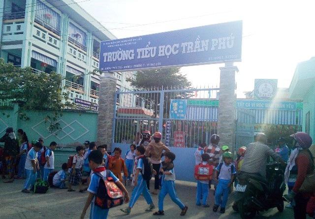 Trường Tiểu học Trần Phú, một trong những trường Tiểu học ở TP Bạc Liêu có sĩ số học sinh/lớp vượt so với điều lệ.
