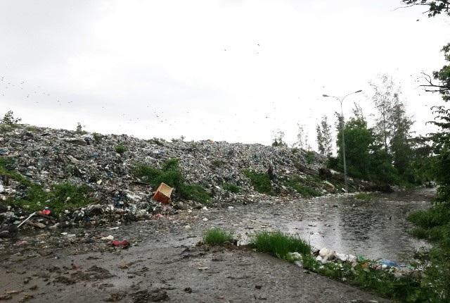 Bãi rác trên địa bàn thị trấn Châu Hưng (huyện Vĩnh Lợi, tỉnh Bạc Liêu) đang ngày càng ô nhiễm trầm trọng. Trong khi đó, dự án xây dựng Nhà máy xử lý rác chậm tiến độ khiến người dân rất bức xúc.
