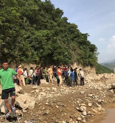 Hiện các lực lượng chức năng đang nỗ lực tìm kiếm người mất tích tại điểm xẩy ra vụ tai nạn. Ảnh: Việt Hoàng - TTXVN
