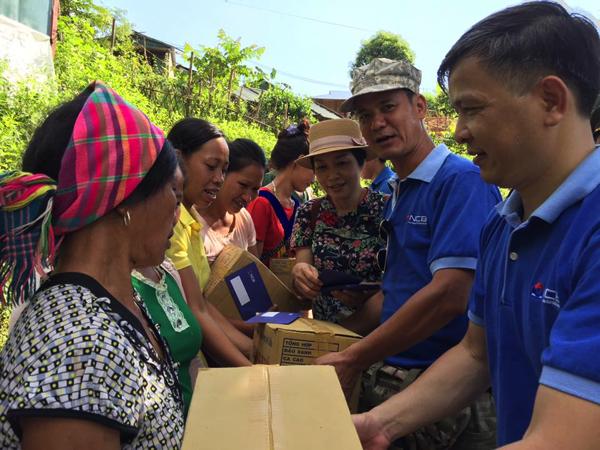 Niềm vui của bà con dân tộc Lai Châu khi nhận quà từ những tấm lòng hảo tâm