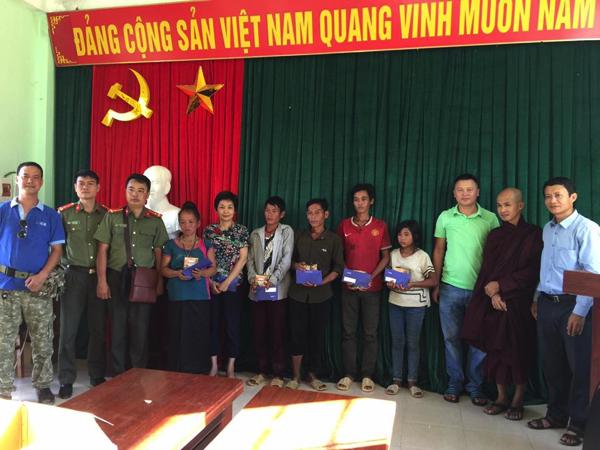 Bà Trần Hải Anh – Thành viên HĐQT Ngân hàng NCB trao quà cho các hộ gia đình.