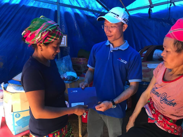 Đoàn trao quà cứu trợ cho các xã bị thiệt hại bởi lũ lụt của huyện Sìn Hồ, Lai Châu