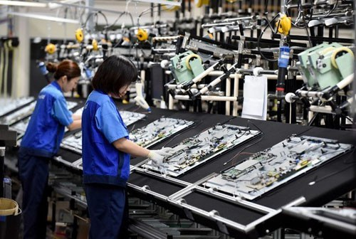 Công nhân lắp ráp TV Panasonic ở Utsunomiya, cách Tokyo 100 km về phía bắc. Ảnh: AFP