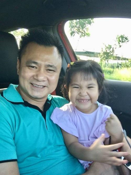 Con gái Tự Long cười tít mắt bên bố, cô bé được khen có điệu cười giống bố nổi tiếng của mình.