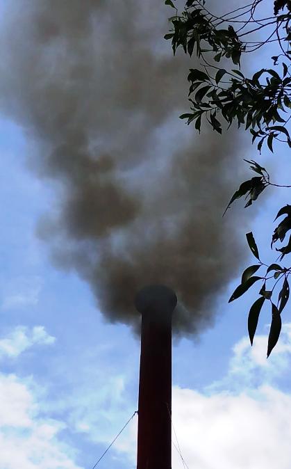 Họng khói của Nhà máy sản xuất giấy và bao bì carton của Công ty TNHH Khánh Tiên nhả khói tra tấn người dân.