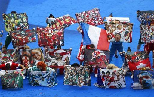 Hình ảnh của các cổ động viên ở các trận đấu đã qua của World Cup 2018 được các nghệ sĩ mang lên sân khấu lễ bế mạc