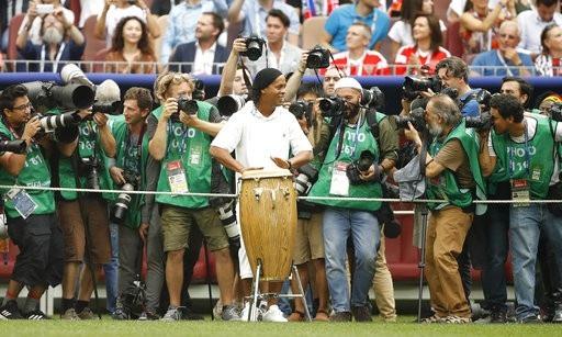 Cựu danh thủ Ronaldinho - người đã cùng Brazil vô địch World Cup 2002 - biểu diễn đánh trống ở lễ bế mạc