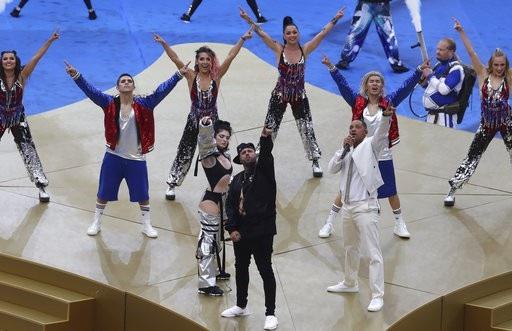 Ca sĩ Era Istrefi (trái), ca six Nicky Jam and U.S. và nghệ sĩ Will Smith biểu diễn kết thúc lễ bế mạc