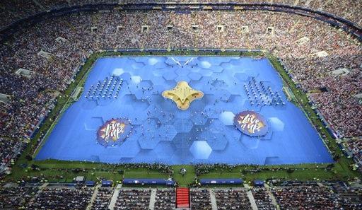 Màn trình diễn của các nghệ sĩ trong Lễ bế mạc tại sân vận động Luzhniki nhìn từ trên cao