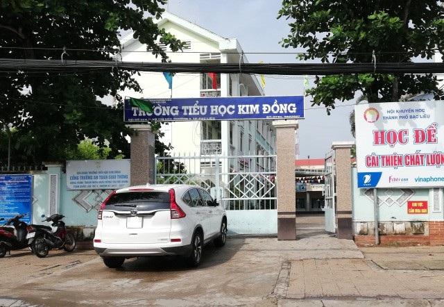 Trường Tiểu học Kim Đồng được Chủ tịch HĐND tỉnh Bạc Liêu cho biết là quá tải đến nổi có lớp không còn chỗ để các em lăn mình khi nghỉ trưa.